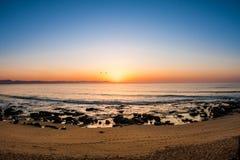 Erstaunlicher Sonnenaufgang auf dem Strand Stockbilder