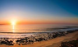 Erstaunlicher Sonnenaufgang auf dem Strand Stockbild