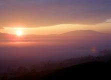 Erstaunlicher Sonnenaufgang auf einer Schicht purpurroten Farbwolken lizenzfreie stockbilder