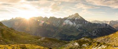 Erstaunlicher Sonnenaufgang in den Bergen Nette Blendenflecke und Sonnenstrahlen Stockfotografie