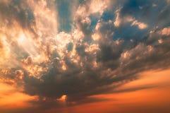 Erstaunlicher Sonnenaufgang mit fantastischem Sonnenstrahl Lizenzfreie Stockfotografie