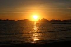 Erstaunlicher Sonnenuntergang über dem Meer philippinen Stockfotografie
