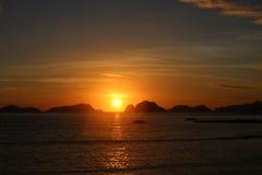 Erstaunlicher Sonnenuntergang über dem Meer philippinen Stockfotos