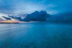 Erstaunlicher Sonnenuntergang über dem Ozean Bunte Reflexion im Wasser stockbild