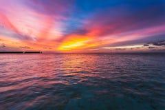Erstaunlicher Sonnenuntergang über dem Ozean Bunte Reflexion im Wasser lizenzfreie stockfotos