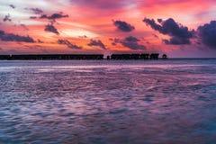 Erstaunlicher Sonnenuntergang über dem Ozean Bunte Reflexion im Wasser lizenzfreie stockfotografie