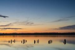Erstaunlicher Sonnenuntergang über dem See mit Wasserreflexionen Lizenzfreie Stockfotografie