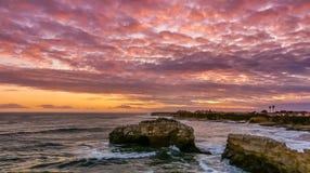 Erstaunlicher Sonnenuntergang über natürlichem Brücken-Zustands-Strand Stockbild