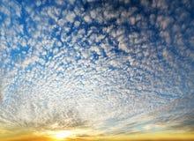Erstaunlicher Sonnenuntergang über Ozean Stockfoto