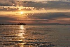 Erstaunlicher Sonnenuntergang auf dem Meer Adriatisches Meer mit Ufer Lignano Sabbiadoro, Italien lizenzfreie stockbilder