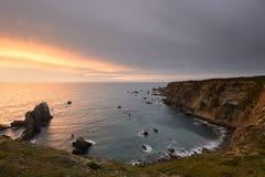 Erstaunlicher Sonnenuntergang auf der Alentejo-Küste Stockbild