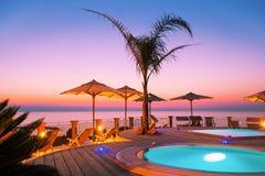 Erstaunlicher Sonnenuntergang durch das Meer Lizenzfreie Stockbilder
