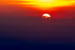 Erstaunlicher Sonnenuntergang hinter den Wolken Lizenzfreies Stockfoto