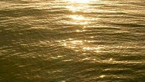erstaunlicher Sonnenuntergang 4K über dem tropischen Strand Ozeanstrand bewegt auf Strand an der Sonnenuntergangzeit, Sonnenlicht stock video