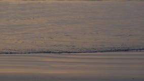 erstaunlicher Sonnenuntergang 4K über dem tropischen Strand Ozeanstrandwellen auf Strand zur Sonnenuntergangzeit, Sonnenlicht den stock video