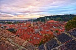 Erstaunlicher Sonnenuntergang mit Ansicht nach altes Prag, Tschechische Republik Lizenzfreie Stockfotos