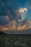 Erstaunlicher Sonnenuntergang mit starken Sonnenstrahlen stockfotos