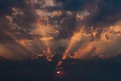 Erstaunlicher Sonnenuntergang mit starken Sonnenstrahlen stockbild