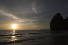 Erstaunlicher Sonnenuntergang und Klippen an gehabtem Yao-Strand, Trang, Thailand Lizenzfreies Stockbild