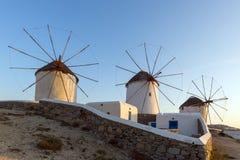 Erstaunlicher Sonnenuntergang und weiße Windmühlen in Mykonos, die Kykladen-Inseln, Griechenland Stockfotos