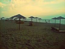 Erstaunlicher Strand Sand, parason und Meer Lizenzfreie Stockfotos