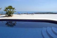 Erstaunlicher Swimmingpool im spanischen Landhaus mit unglaublichen Ansichten zur Stadt und zum Meer unten. Lizenzfreies Stockfoto