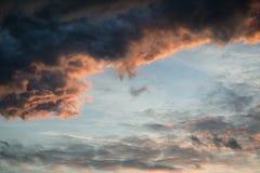 Erstaunlicher vibrierender stürmischer Wolkenbildungshintergrund Lizenzfreie Stockbilder