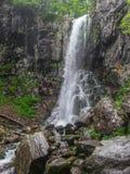 Erstaunlicher Wasserfall in der tiefen Waldlandschaft Lizenzfreie Stockbilder