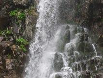 Erstaunlicher Wasserfall in der tiefen Waldlandschaft Stockfotos