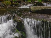 Erstaunlicher Wasserfall in der tiefen Waldlandschaft Stockbild