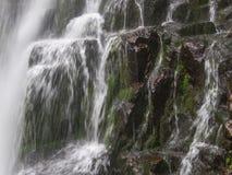 Erstaunlicher Wasserfall in der tiefen Waldlandschaft Stockfotografie