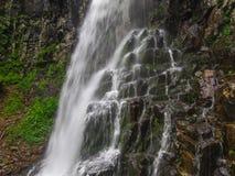 Erstaunlicher Wasserfall in der tiefen Waldlandschaft Stockbilder