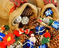 Erstaunlicher Weihnachtshintergrund, buntes Weihnachtsmaterial Stockbild