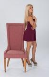Erstaunliches blondes behaartes Modell im Studio. Stockfoto