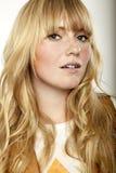 Erstaunliches blondes langhaariges Mädchen lizenzfreies stockbild