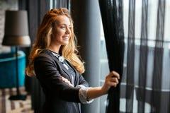 Erstaunliches blondes Schauen durch Fenster Lizenzfreie Stockfotos