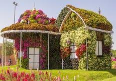Erstaunliches buntes Haus von Blumen im Wunder-Garten Stockbilder