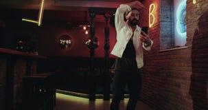 Erstaunliches Choreografie mit einem Berufstänzer in der Stange, die einen Smartphone hält und Fotos macht stock footage