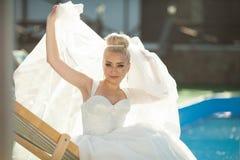 Erstaunliches Eleganz nettes stilysh blonde Braut wirft auf dem BAC auf Stockbilder