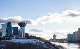 Erstaunliches Gebäude auf den Banken des Flusses bedeckt mit Eis Lizenzfreie Stockfotografie