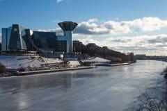 Erstaunliches Gebäude auf den Banken des Flusses bedeckt mit Eis Stockfotos