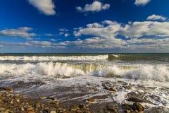 Erstaunliches gewelltes Meer auf einem Hintergrund des blauen Himmels Stockfoto