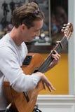 Erstaunliches Gitarrenduo, das in Kingston nach Themse, London spielt lizenzfreies stockfoto