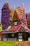 Erstaunliches Haus von Blumen im Wunder-Gartenpark Stockfoto