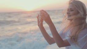 Erstaunliches junges Mädchen, das Selbstfoto am Telefon tut stock video footage