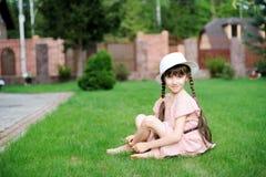 Erstaunliches kleines Mädchen im rosa Kleid und im weißen Hut stockfotos