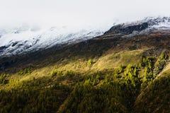 Erstaunliches Licht auf einem Abhang von Berge lizenzfreie stockfotografie