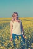Erstaunliches Mädchen, blond mit einem hellen Wildflower in ihrem Haar Stockbilder
