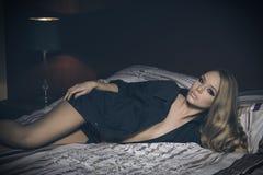 Erstaunliches Mädchen im Schlafzimmer Lizenzfreie Stockfotografie