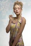 Erstaunliches Mädchen mit buntem Make-up Lizenzfreie Stockfotos